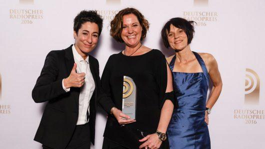 Laudatorin Dunja Hayali freut sich mit Steffi Neu und Vera Laudahn.