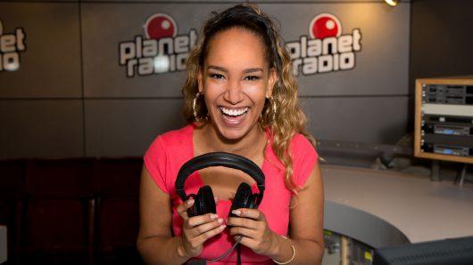 Aisha (25) im planet radio-Studio. Dort moderiert sie ab 10. Oktober zwischen 14 und 18 Uhr.