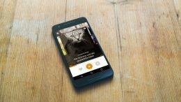 Ein User benutzt die Bayern 2 App auf seinem Smartphone (Bild: BR/Max Hofstetter)