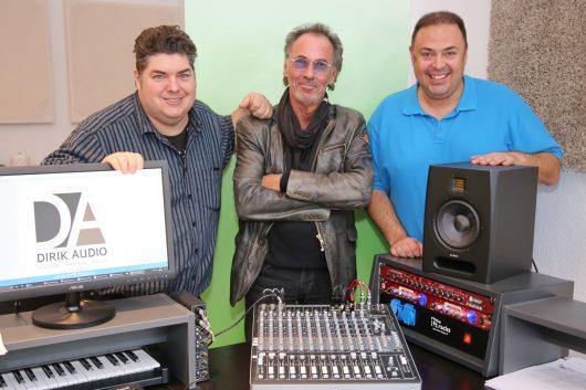 Brian Burgess, Hugo Egon Balder und Umut Dirik im Studio (Bild: ©Jürgen Friedrich)