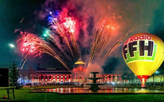 Feuerfontänen und glühende Ballone vor dem Kurhaus in Wiesbaden: (Fotomontage: HIT RADIO FFH)