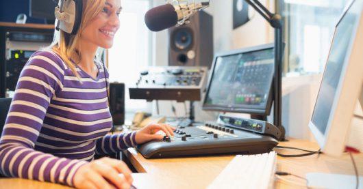 Radiomoderatorin im Studio (Bild: ©Wavebreak Media Ltd/123rf)