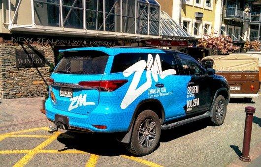 Radiowerbung auf einem Auto in Queenstown, Neuseeland (Foto: James Cridland)