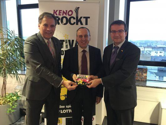 """Übergabe der CD """"KENO RockTRAXX 2016"""" an den Minister für Wissenschaft, Weiterbildung und Kultur, Konrad Wolf (mitte). Links: Steffen Müller (Geschäftsführender Gesellschafter Rockland Radio), rechts: Jürgen Häfner (Geschäftsführer Lotto Rheinland-Pfalz)"""
