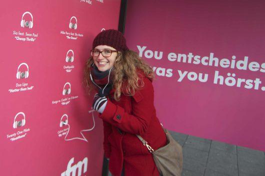 Die YOU FM-Bushaltestelle in der Schwalbacher Straße. (Bild: © HR/Adrian Anton)
