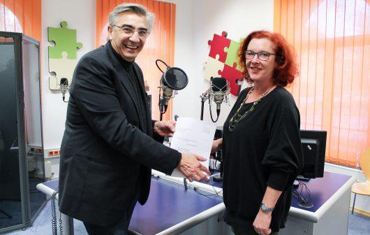 TLM-Direktor Jochen Fasco übergibt den Fördermittelbescheid in Höhe von 122.000 Euro an Radio LOTTE Weimar-Programmchefin Grit Hasselmann