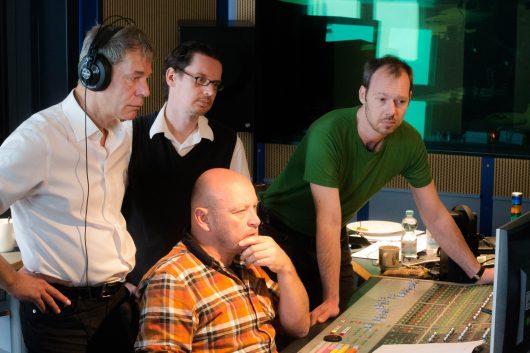 Regisseur Nikolai von Koslowski, Toningenieur Martin Seelig (sitzend), Autor Philip Meinhold und Redakteur Jens Jarisch (Bild: ©rbb/Vivien Schütz)