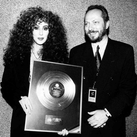 Heinz-Canibol mit Cher und ihrem Award (Bild: Privatarchiv)