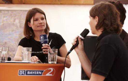"Zündfunk-Moderatorin Birgit Frank bei ""Zündfunk on Tour"" 2011 (Bild: ©BR/Denis Pernath)"