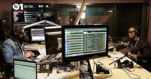 Blick uns Beats1-Studio mit Dashboard im Hintergrund (Bild: @AppleMusic/YouTube)