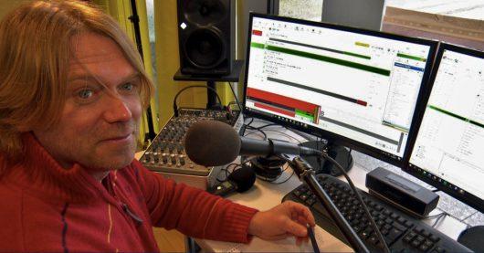 Thore Laufenberg im Studio von Radio Helgoland (Bild: ©NDR)