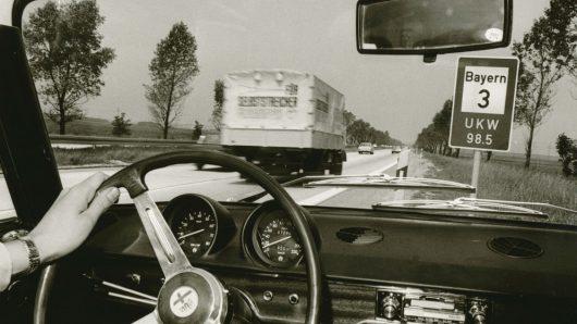 Bayern 3-Schild auf Autobahn (Bild: ©BR / Historisches Archiv)