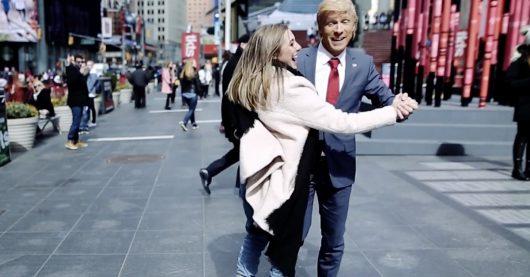 """Donald Trump alias """"Doktor Oliver Pocher"""" verbreitet tanzend gute Laune auf Amerikas Straßen. (Bild: ©bigFM)"""