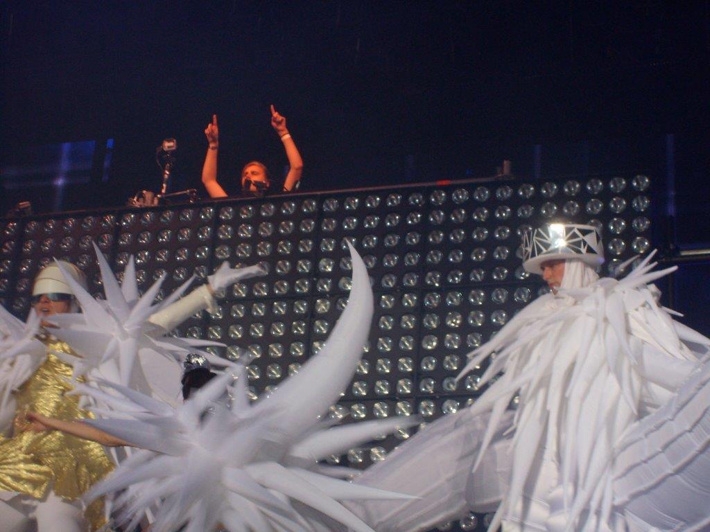 DJ Cedric Steinmyller von Klingande mit Tänzern auf Bühne