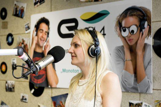 Lisa Hotwagner bei Campus Radio 94.4 (Bild: ©Patrick Stergonschegg)