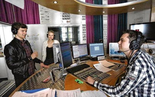 """Moderator Sven Steiner mit der Band """"The Kranzlers"""" (Bild: ©Hitradio Ohr)"""