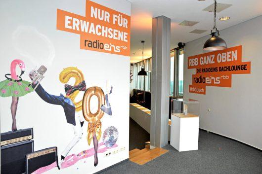 """Die """"Radioeins Dachlounge"""" im 14. OG des rbb-Fernsehzentrums am Theodor-Heuss-Platz (Bild: rbb/Thomas Ernst)"""