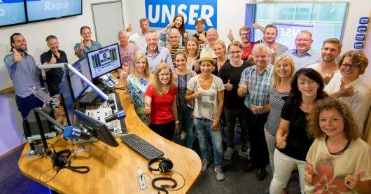 Das Funkhaus-Team um Geschäftsführer Walter Berndl (Mitte) freut sich über die steigenden Hörerzahlen. (Foto: Thomas Jäger)