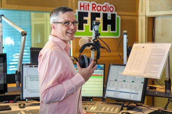 HIT RADIO FFH-Moderator Johannes Scherer (44) tourt seit 15 Jahren als Comedian mit Solo-Programmen durchs Land – am 23. September spielt er seine einmalige Jubiläumsshow im Südbahnhof in Frankfurt.