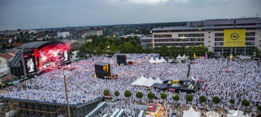 """HIT RADIO FFH steht auch für """"FFH-Just White! Die Megaparty – ganz in Weiß"""" mit über 28.000 Zuschauern und """"FFH-Just 90s! Das Neunziger-Festival"""" (25.000 Besucher) - es waren die bestbesuchten Veranstaltungen auf dem """"Hessentag 2017"""" in Rüsselsheim. Auf der Bühne unter anderem Caught in the Act, Yvonne Catterfeld, Mousse T., Richard Judge"""