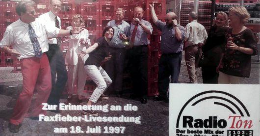 """Das Radio Ton-Team baute 1997 vor dem Heilbronner Rathaus auf dem Marktplatz ein Schloss aus Cola-Kisten im Rahmen der """"Fax-Fiebershow '97"""""""