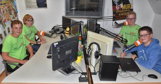 Tim Folgmann, Philipp Plößl, Max Dettenthaler, Simon Schmidt im FeuchtFM-Studio (Bild: H.Bauer)