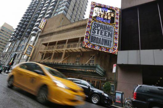 Den Rock-Buddys winkt als Dank ein Trip zum intimen Springsteen-Konzert am Broadway. (Bild: ©Richard Drew)
