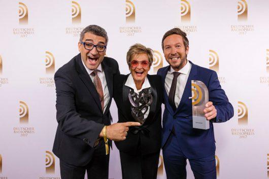 """Laudatorin Gloria von Thurn und Taxis hat den Preis für die """"Beste Comedy"""" an Boris Meinzer (l.) und Dirk Haberkorn von HIT RADIO FFH überreicht. (Bild: Deutscher Radiopreis/Morris Mac Matzen)"""