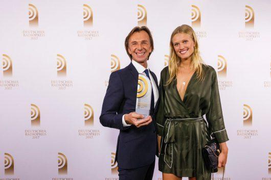 """Laudatorin Toni Garrn hat den Preis für den """"Besten Moderator"""" an Wolfgang Leikermoser überreicht. (Bild: Deutscher Radiopreis/Morris Mac Matzen)"""
