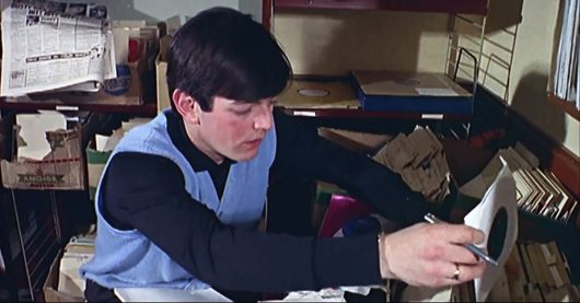 Tony Blackburn 1964 im Sendestudio von Radio Caroline (Bild: Screenshot aus Piers Morgan's Life Stories, ITV/YouTube)