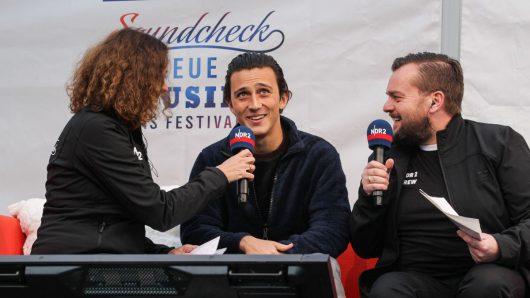 Zak Abel im Gespräch mit Elke Wiswedel und Jens Mahrhold (Bild: ©Axel Herzig)