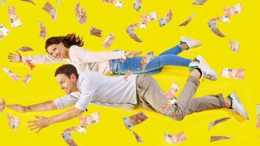 Die FFH-Morningshow-Moderatoren Daniel Fischer und Julia Nestle verschenken insgesamt 250.000 Euro bei der Zehnerjagd. Die beiden nennen ab 4. September vier Mal täglich eine Seriennummer eines Zehn-Euro-Scheines. (Bild: HIT RADIO FFH)