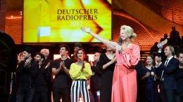 """Barbara Schöneberger und die Preisträger singen """"Thank you for the Music"""" auf der Bühne (Bild: Deutscher Radiopreis/Morris Mac Matzen)"""