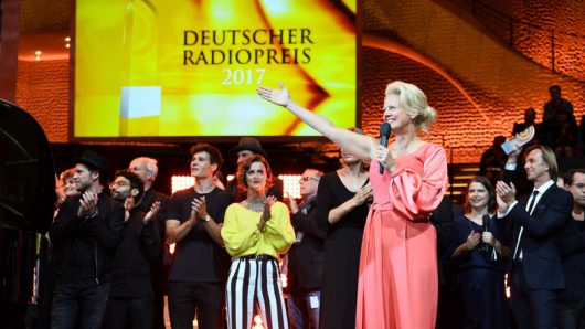"""Barbara Schöneberger und die Preisträger singen zum Schluss """"Thank you for the Music"""" auf der Bühne (Bild: Deutscher Radiopreis/Morris Mac Matzen)"""