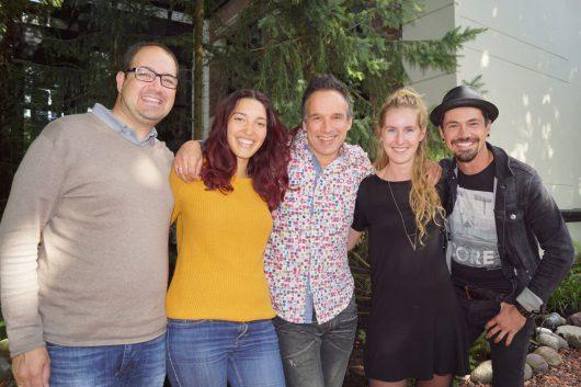 Bernhard Schertler, Celina Ann, Michael Gailberger, Vocal-Producer Robin IJzerman, und Falco Luneau im Garten bei PURE Jingles