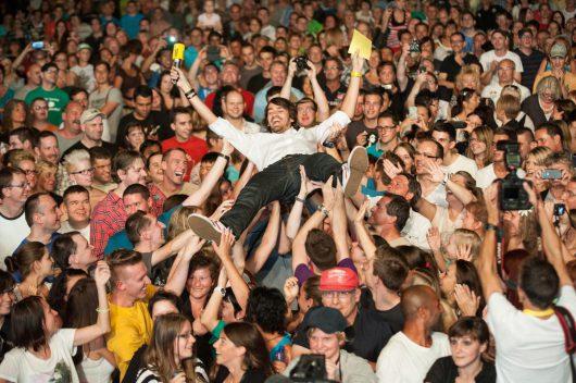 Stage Diving bei einem RADIO SALÜ-Konzert (Bild: RADIO SALÜ)