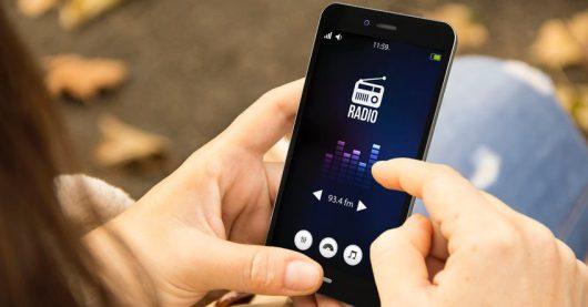 DAB+, Streaming oder UKW – Was setzt sich durch? Radio App am Smartphone (Bild: ©georgejmclittle/123RF-35327167)