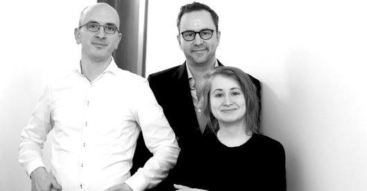 Jakob Hein (links), Kurt Krömer und Margarete Stokowski (Bild: rbb/Ralf Schuster)