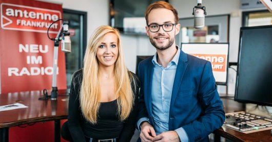 Die Moderatoren von Guten Morgen Frankfurt: Tim Lauth mit seiner Co-Moderatorin Carina Höck. (Bild: ©Antenne Frankfurt)
