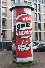 """Voll geile Titeln"": planet radio-Plakat (Bild: fair radio)"