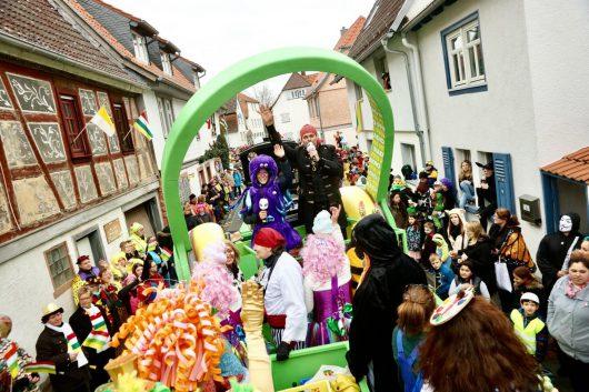 Fasching in Hessen: Das FFH-Team kommt mit dem FFH-Konfetti-Truck zu den Faschingsumzügen nach Wiesbaden (11. Februar), Fritzlar (12. Februar) und Frankfurt-Heddernheim, also Klaa Paris (13. Februar). Im vergangenen Jahr war das FFH-Team mit Party-Hits auf den Umzügen in Oberursel, Fulda (Foto) und Dieburg (Foto mit den FFH-Morningshow-Moderatoren Daniel Fischer und Julia Nestle).
