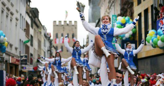 Karneval in Köln: Rosenmontagszug 2018 (Bild: © WDR/dpa/Berg)