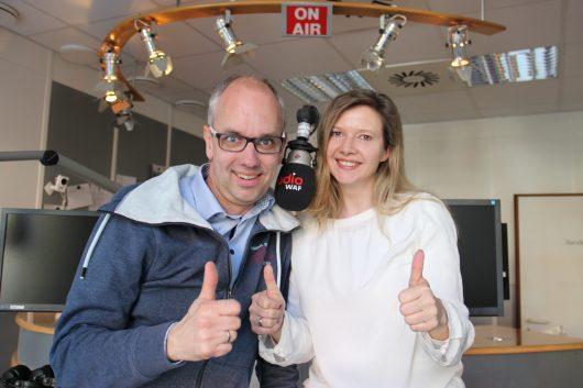 Daumen hoch für den großen Erfolg des Senders: die beiden Radio WAF-Frühmoderatoren Markus Bußmann (l.) und Ina Atig (r.) (Bild: ©Radio WAF)
