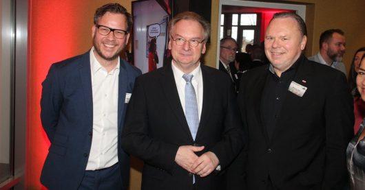 Morgenmoderator Holger Tapper und Geschäftsführer/Programmdirektor Mario A. Liese mit Sachsen-Anhalts Ministerpräsident Dr. Reiner Haseloff (Bild: ©radio SAW/Arnulf Wenning)