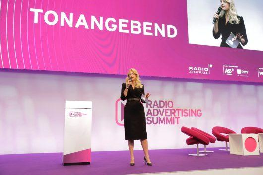 Barbara Schöneberger moderiert den Radio Advertising Summit (Bild: ©Radiozentrale)