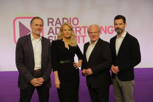 Barbara Schöneberger mit Lutz Kuckuck (Radiozentrale), Oliver Adrian (AS&S Radio) und Matthias Wahl (RMS) (Bild: © C.Langer)