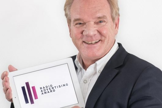 Lutz Kuckuck mit Radio Advertising Award (Bild: ©Radiozentrale)