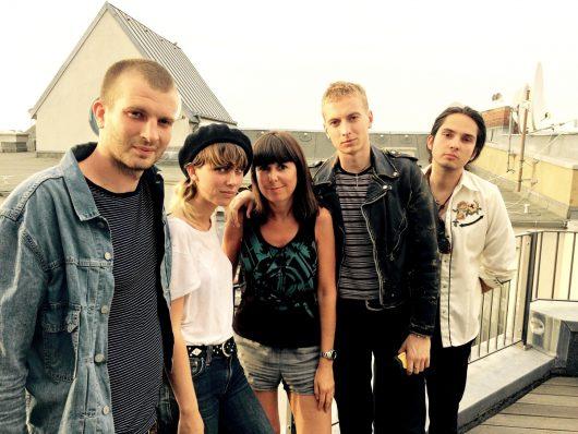Christiane Falk gemeinsam mit der Band Wolf Alice (Bild: privat)