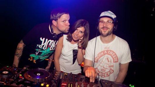 Christiane-Falk gemeinsamen mit den Beatsteaks beim Auflegen (Bild: privat)