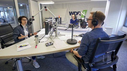 """In der """"WDR 5 Polit-WG"""" analysiert Max von Malotki (M) mit zwei Kollegen aus der Politikredaktion die Lage im Land. (Bild: © WDR/Claus Langer)"""